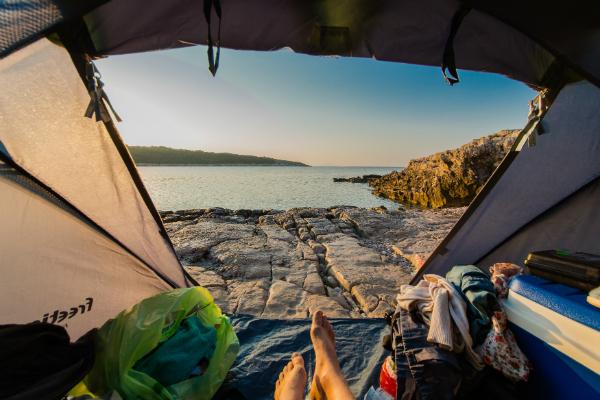 Blick vom Zelt auf Strand in Kroatien