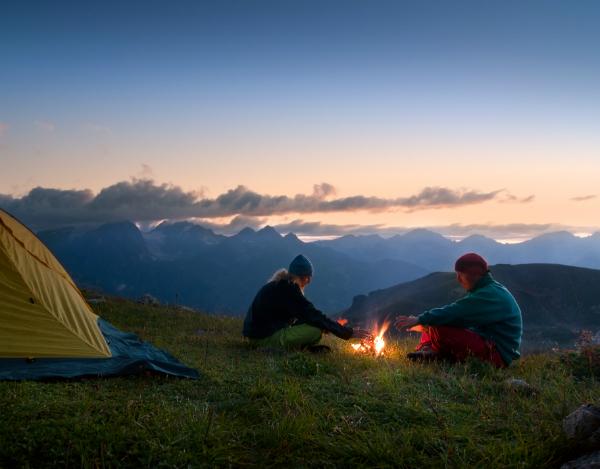 Paar campt bei Nacht