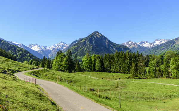 Ausblick in die Berge des Oberallgaeus