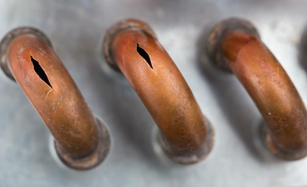 Sind weniger offensichtliche Lecks in Rohren oder Schläuchen, hilft ein Lecksuchspray dabei, undichte Stellen zu finden