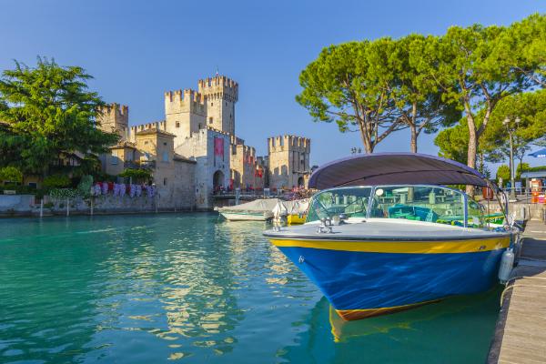 Motorboot im Hafen von Sirmione vor dem Castello Scaligero am Gardasee