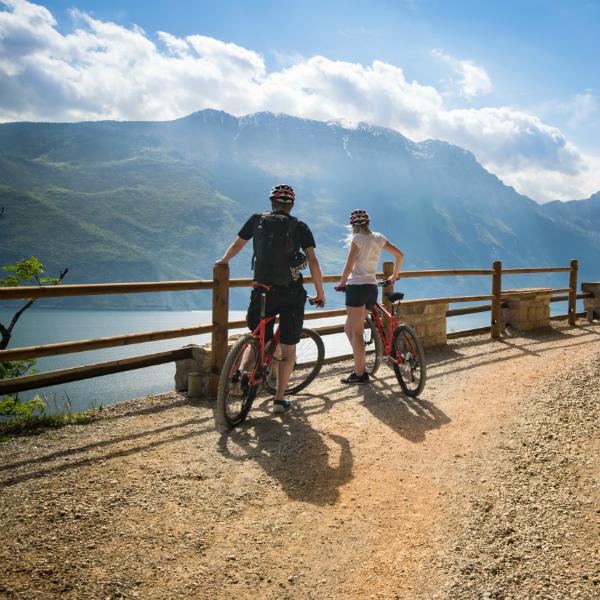 Radfahrer bewundern das Panorama vom Ponale Trail in Riva del Garda