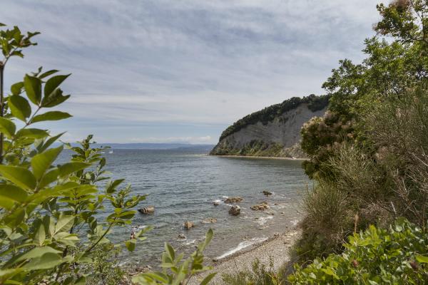 Die felsige, kiesige Riviera Sloweniens