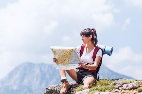 Wanderin mit Karte