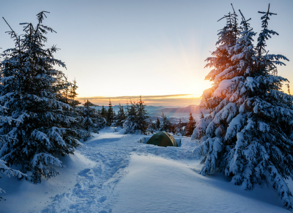 Winterzelt bei Sonnenaufgang
