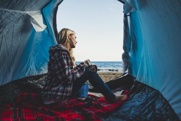 Auf einem Zeltanhänger den Sonnenaufgang genießen