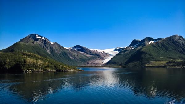 Panoramablick auf den Nordfjord und Svartisen-Gletscher