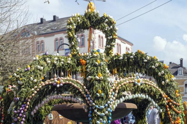 Ein traditionell geschmückter Osterbrunnen