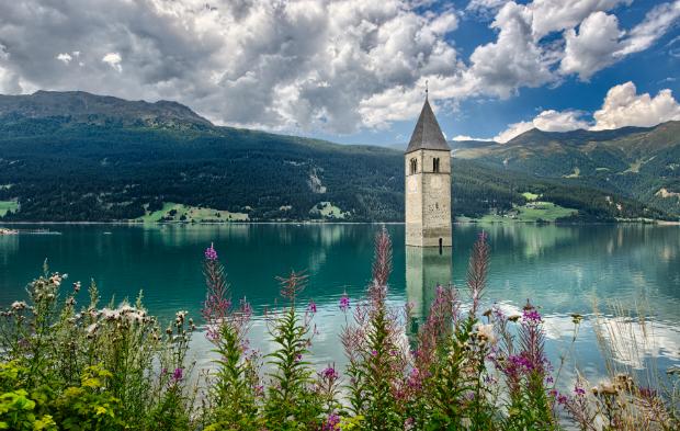 Der Kirchturm von Alt-Graun im Vinschgau