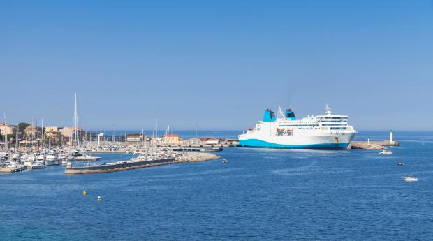 Fähre im Mittelmeerhafen