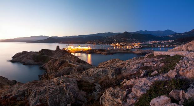 Blick auf die Küste Korsikas