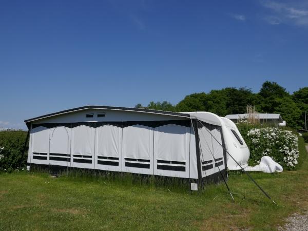 Wetterfestes Zelt vor Wohnwagen