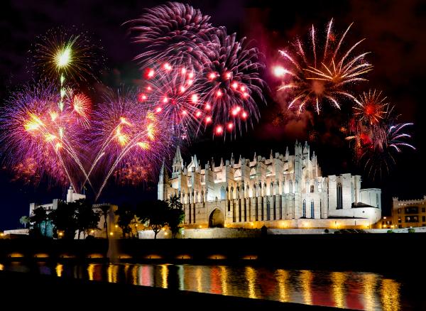 Feuerwerk ueber der Kathedrale in Palma de Mallorca