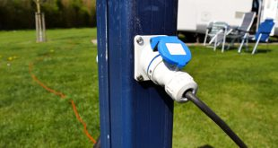 Stromstecker auf einem Campingplatz - mit einem Wechselrichter macht man sich unabhängig von der Externenr Stromversorgung