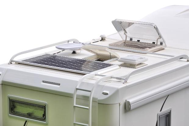 Wohnmobil mit Solaranlage auf dem Dach - auch zum Betrieb einer solchen Anlage ist ein Wechselrichter praktisch