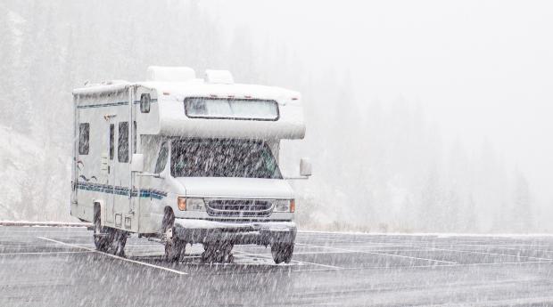 Wohnwagen oder Camper im Schnee - eine Dachluke einbauen muss sicher sein