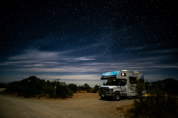 Wohnmobil in der Nacht - eine Dachluke in den Camper einbauen ist möglich
