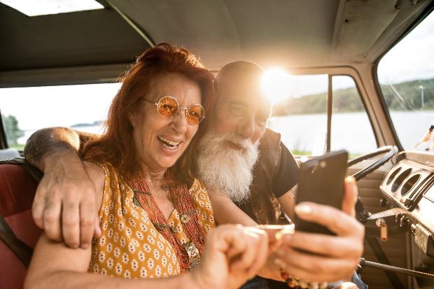 Älteres Paar im Wohnmobil schaut aufs Natel - Parkplatzapp park4night