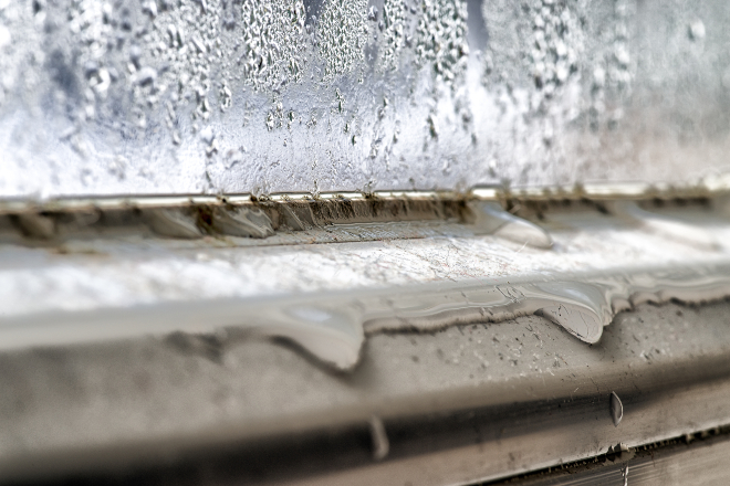 Fenster mit Kondenswasser und Schummel