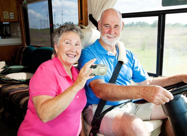 Altes Paar im Wohnmobil nutzt Handy App