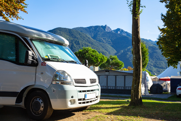 Wohnmobil parkt am Fuße eines Berges