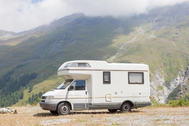 Wohnmobil parkt in den Bergen - die Stellplatzapp park4night hilft