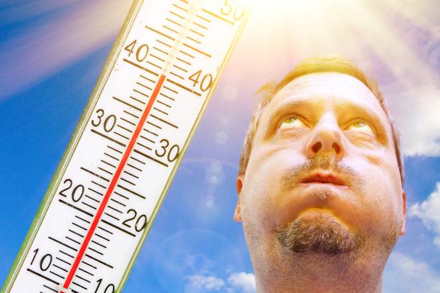 Mann bei großer Hitze von 40 Grad
