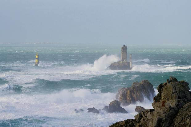 """Der Leuchtturm namens """"Ar Men"""" vor der Pointe du Raz"""