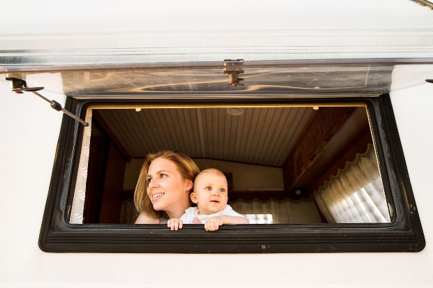 Mutter und Baby im Campingwagen