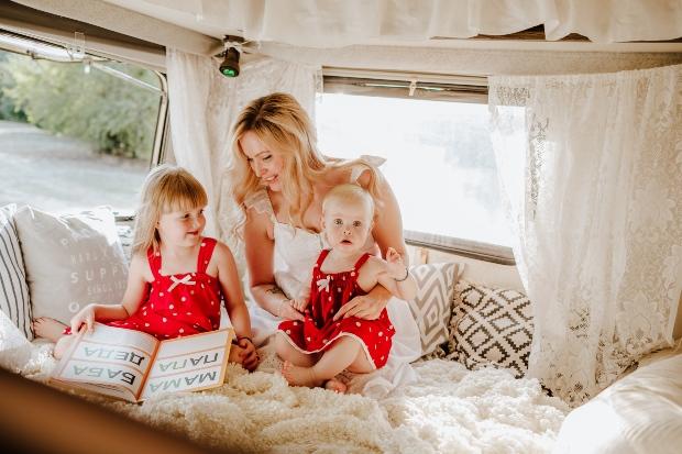 Mutter mit zwei Kindern im Wohnwagen