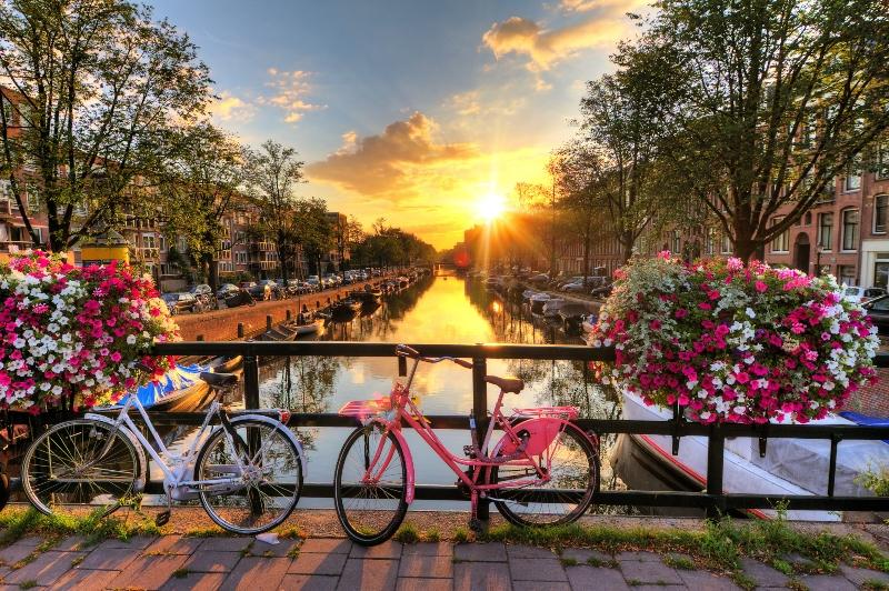 Schoener Sonnenaufgang ueber Amsterdam