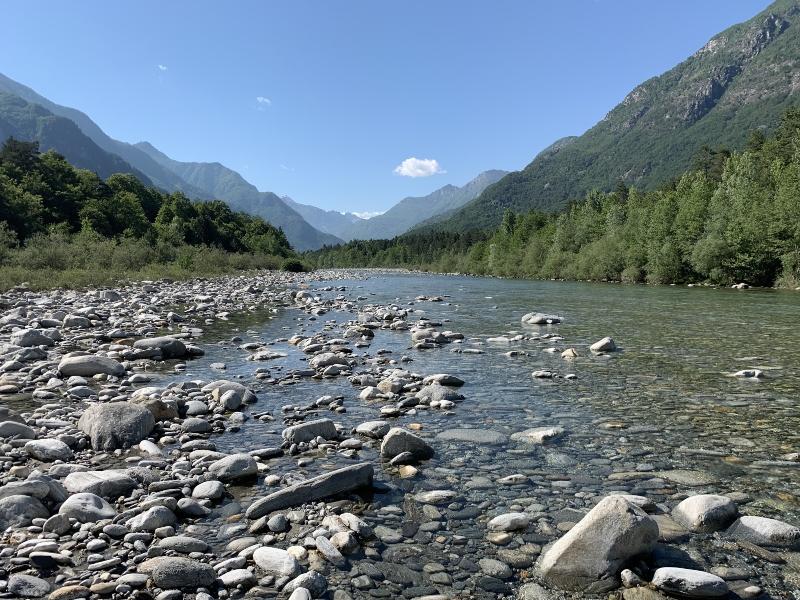 Fluss Maggia im Maggiatal oberhalb von Locarno Ascona im Tessin Kurztrips fuer die Schweiz