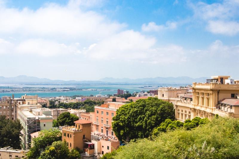 Panorama-Stadtbild von Cagliari im Sommer