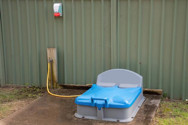 Eine Station zum Entleeren von mobilen Toiletten auf einem Campingplatz Thetford Campingklos und Eimertoiletten