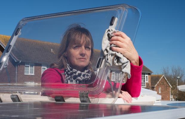 Beim Reinigen der Fenster sollte man hochwertige Produkte verwenden