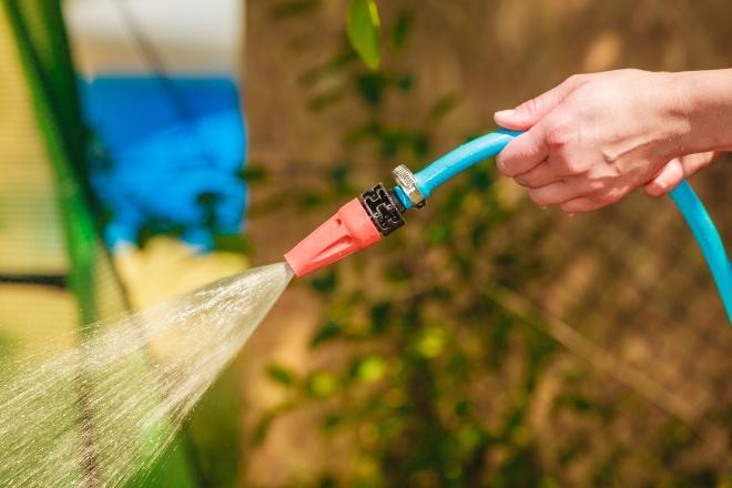 Gartenschlauch spritzt unkontrolliert; Schlauch nicht korrekt in den Händen gehalten