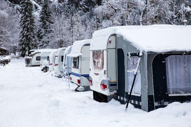 Campingwagen mit Vorzelten im Schnee