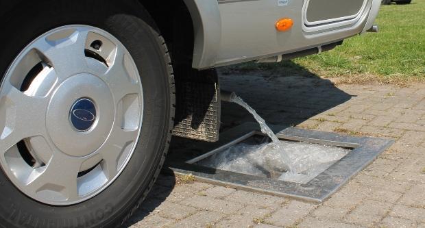 Wasser eines Wohnmobils wird abgelassen