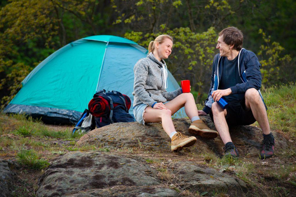 Junges Paar zeltet - Ökotourismus