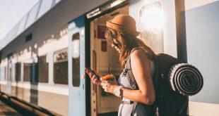 Junge Frau reist per Zug - Ökotourismus