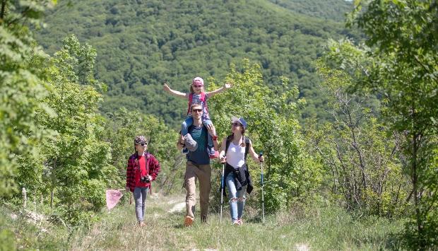 Junge Familie beim Bergwandern - Ökotourismus