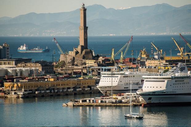 Der Torre della Lanterna im Hafen von Genua