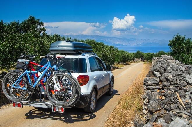 Auto mit Fahrradträger und Dachbox