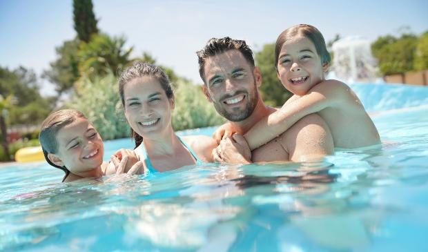Junge Familie im Schwimmbad - Zelten mit Kindern
