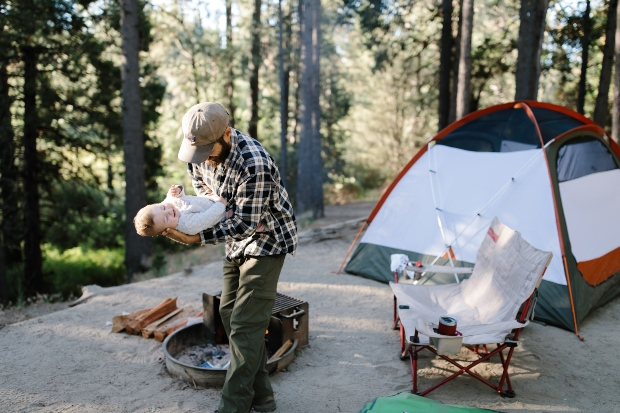 Vater mit Baby beim Campen - Zelten mit Kindern und Baby