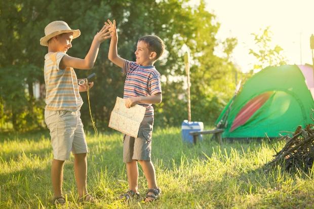 2 Kinder beim Campen - Zelten mit Kindern