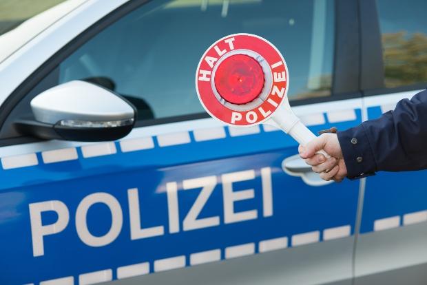 Symbolbild Polizeikontrolle mit Kelle