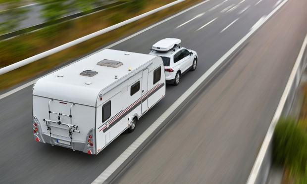 Auto-Wohnwagen-Gespann auf Autobahn