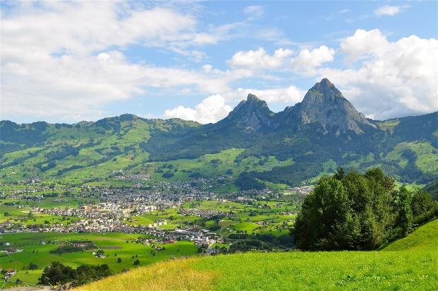 Blick auf Ortschaft Schwyz mit den beiden Mythen im Hintergrund - hier ist Wildcamping teilweise erlaubt