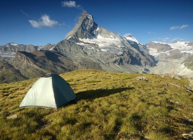 Zelt nahe des Matterhorns - das Wildcampen in der Schweiz oberhalb der Baumgrenze ist erlaubt